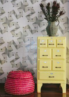 O painel de azulejos valoriza o espaço que dá acesso à área íntima da casa. Veja mais em www.historiasdecasa.com.br