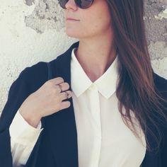Camisa, maxi blazer y anillos geométricos  Shirt, maxi blazer and geometric rings