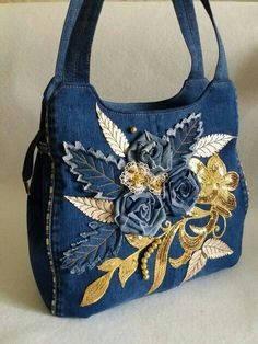If you're anything like us, you'll probably hate the idea of letting any old clothes go to waste – especially that awesome pair of jeans you've been wearing for years.leaf shapes of denim stitched downHow to make bag from old jeans - Simple C Denim Tote Bags, Denim Handbags, Jean Purses, Purses And Bags, Shabby Chic Stil, Denim Ideas, Denim Crafts, Recycle Jeans, Creation Couture
