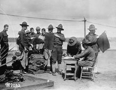 American soldiers lining up to get new clothing from the quartermaster during World War I. Get premium, high resolution news photos at Getty Images American Soldiers, American Civil War, World War One, First World, Marine Corps Humor, Native American History, British History, Military Photos, World History