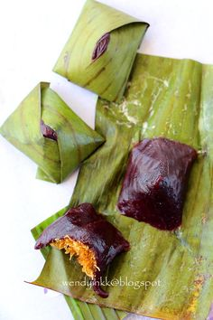 Kuih Koci is a chewy dumpling wrapped in banana leaf, with sweet coconut filling. The 'skin' can come in green, purple or white, dependi. Malaysian Cuisine, Malaysian Food, Malaysian Dessert, Pinoy Dessert, Thai Dessert, Indonesian Desserts, Indonesian Food, Asian Snacks, Asian Desserts