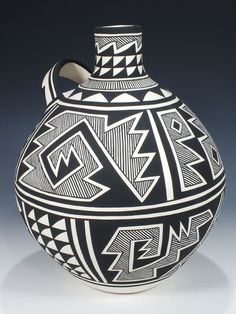 Acoma Hand Coiled Pueblo Pottery by Dylene Victorino. This beautiful hand coiled pot features geometric designs in black. It is signed by the artist. Native American Design, Native American Pottery, American Indian Art, Pottery Painting, Pottery Vase, Ceramic Pottery, Native American Baskets, Coil Pots, Ancient Egypt