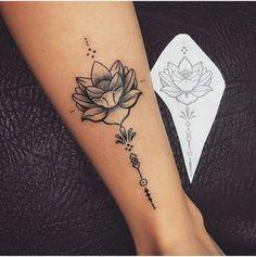 tatuaje flor de loto, tatuaje en el tobillo mujer, flor de loto abierta en blanco y negro, diseño en papel