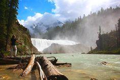 SÉRIE CANADÁ DE LESTE A OESTE!  O último parque nacional das rochosas canadenses que visitamos foi o Yoho National Park onde você encontrará o famoso lago Emerald.  Pontos altos: - Lago Emerald - Takakkaw Falls - Natural Bridge - Piquenique no Rio Kicking Horse - Wapta Falls (foto)  O roteiro completo com todas as atrações visitadas e dicas de hospedagem você encontra em: http://ift.tt/1ZbGH4z  E agora bora conhecer o lado oeste do Canadá? Quem anima?  Para ver todas as dicas que postamos…