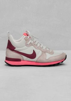 NIKE The Nike Internationalist Mid combines retro references with a higher cut, hitting just below the ankle. Made with a premium, lightweight upper and soft EVA midsole for a comfortable fit and impact protection.