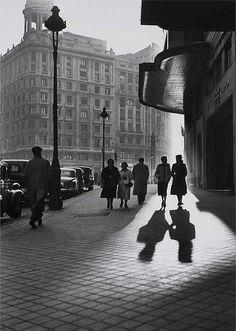¡Buenos dias! Rumbo al trabajo de buena mañana.... Gran Vía, 1953