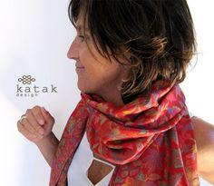 Pañuelo de lana en tonos rojos tejido con motivos por katakdesign