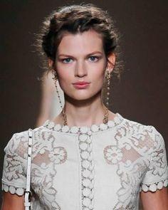As passarelas internacionais apresentaram as tendências para o nosso Verão 2013 apostando em makes que valorizam o aspecto natural da beleza feminina.