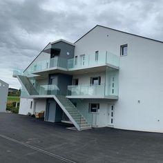 CREA-Glasgeländer GG-1007 beim Neubau eines Doppel-Mehrfamilienhauses in Cudrefin www.crearailing.ch #CREA #CREARAILING #CREAPOINT #CREALINE #glasgelaender #ganzglasgeländer #glasgeländer #glasgeländersysteme #geländer #glassrailing #railing #glassbalustrade #railing #swissmade #gardecorpsenverre #stakleneograde #home #architekten #architecture #hausbau #modern #bauherren Glass Balustrade, Glass Railing, Mansions, House Styles, Modern, Home Decor, Architects, Building Homes, Trendy Tree