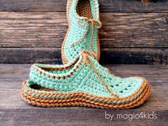 New crochet kids slippers pattern winter Ideas Clog Slippers, Kids Slippers, Womens Slippers, Crochet Cat Pattern, Crochet Poncho, Crochet Patterns, Cat Crochet, Crochet Baby Shoes, Crochet Slippers