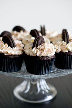 Une recette de cupcake chocolat, un cœur caché Oreo® nappé de pâte à tartiner, le tout recouvert d'un onctueux glaçage vanillé chantilly-mascarpone...