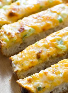 Cheesy Bread ~ A cross between garlic bread and pizza, cheesy bread is a quick, easy, and delicious party snack. Great for a gathering! I would snug a little bit lobster bits into that! Appetizer Recipes, Snack Recipes, Cooking Recipes, Appetizers, Garlic Recipes, Bread Recipes, Bread Snacks Recipe, Yummy Snacks, Yummy Food