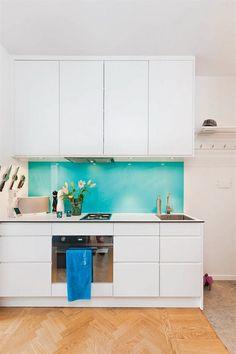 Türkiz és fehér színekben pompázó nőies, friss, üde hatású kis lakás