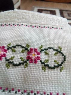 This Pin was discovered by Mar Kawaii Cross Stitch, Simple Cross Stitch, Cross Stitch Rose, Cross Stitch Borders, Cross Stitch Flowers, Cross Stitch Designs, Cross Stitching, Cross Stitch Patterns, Beaded Embroidery