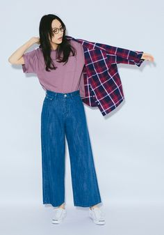 """Everyday outfits recommended by stylists.In a plum-colored top, you'll have a style that beats everyone else to spring. Tuck a t-shirt into wide denim pants to get a style that's so """"this year"""".Glasses (Carrol)¥8,900+税 / No213119Silky Checkered Shirt¥4,900+税 / No712208USA Cotton E Big Tee¥2,300+税/ No7110123月上旬入荷予定Baggy Denim¥5,900+税 / No715952Jack Purcell Sneakers¥5,800+税/ No415945"""