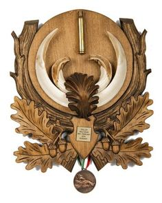 Decorative Hungarian Wild Boar Tusk Mount with Medal Woodworking Ideas Table, Woodworking Techniques, Boar Hunting, Antique Wall Clocks, Deer Mounts, Wood Carving Patterns, Wild Boar, Bone Carving, Woodcarving
