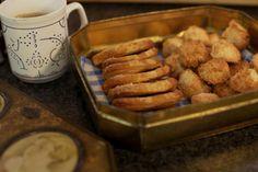 'Palmiers' zijn gerolde bladerdeegkoekjes. Koop daarvoor bij voorkeur een vel vers bladerdeeg bij je favoriete warme bakker. Met kant-en-klaar bladerdeeg kan je ook aan de slag gaan. 'Rochers' of kokosrotsjes zijn een andere klassieker voor bij de koffie. Het is een koud kunstje om het beslag te maken en minuten later kan je al genieten van versgebakken koekjes.