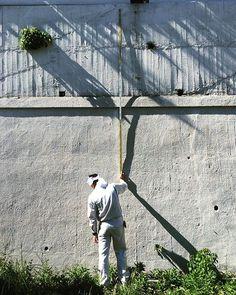 塀の高さを測る工務店さん。 とても暑そうです。 働く男の背中はかっこいいですね#conrainerdesign #コンテナデザイン #現地調査 #現場 #男の背中 #塀