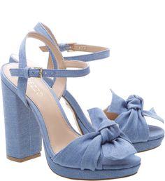 6129d2c987 Feminilidade pura na sandália de couro macio com laço no cabedal. A  plataforma com salto