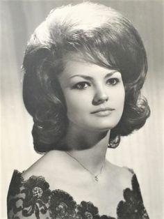 Helmet Hair, 60s Hair, Retro Hairstyles, Curlers, Wigs, Feminine, Memories, Mom, Hair Styles