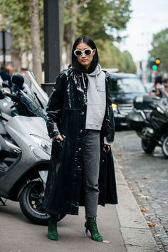 Paris Fashion Week is in full swing. See the best Paris Fashion Week street style from the shows circuit. All the Paris fashion week street style inspiration you need from the shows at PFW. Fashion Weeks, 2016 Fashion Trends, Langer Mantel, Looks Black, Inspiration Mode, Autumn Street Style, Cool Street Fashion, Street Style Looks, Looks Cool