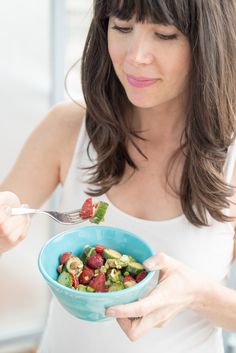 My strawberry lovefest continues with this fresh, vibrant and flavourful salad!If you& like me, you& probably not tired of strawberries. I could eat the Salad Recipes, Vegan Recipes, Cooking Recipes, Healthy Salads, Healthy Eating, Healthy Food, Joyous Health, Cucumber Avocado Salad, Toasted Almonds