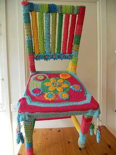 """Cadeira """"vestida"""" com crochê ... *.*"""