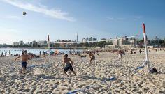 Playa Ramírez. Es la primera playa hacia el Este desde el Puerto de Montevideo. Su entorno, caracterizado por edificios emblemáticos como el Casino Hotel, la pista de patinaje y sus graffitis urbanos y  el principal Parque de Atracciones capitalino, el Parque Rodó, con su rueda gigante y la montaña rusa, le proporciona una identidad única.