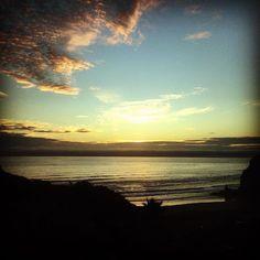 Piha beach and the sunset. Playa Piha y el ocaso. #lavueltaalmundosinprisas #aroundtheworldunhurried #lavueltaalmundo #aroundtheworld #pihabeach #auckland #nuevazelanda #newzealand #sunset #ocaso #atardecer #puestadesol #viaje #travel #trip #journey