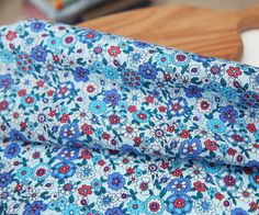 Magnifique tissu bonne qualité bleu motif floral 148x50cm : Tissus Habillement, Déco par hyeri