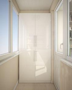 На этом балконе протянута потолочная сушилка для белья. Стены и мебель выполнены в светлом цвете.