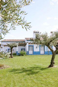 Vale do Manantio, Alqueva. Mediterranean Style Homes, Spanish Style Homes, Indoor Garden, Outdoor Gardens, Pintura Exterior, Surf House, Greek House, The Great Escape, European House