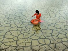 Taken by an Indian photographer, this painfully beautiful shot is what drought looks like in West Bengal, India. As a result of climate change, extreme weather conditions have occurred, including floods, cyclones and drought.