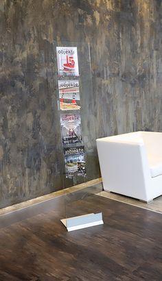 Gönnen Sie sich den Luxus eines Prospekt-Displays aus Glas, Edelstahl und Aluminium. Eine stabile Basis sorgt für festen Stand und die Edelstahlbügel bilden vier Ablagen für A4 in Hoch- oder Querformat. Das temperierte Sicherheitsglas kann mit Folie oder Direktdruck personalisiert werden. Glass deluxe ist die richtige Wahl für das besondere Ambiente. #Architekten #Wartezimmer #Privatkliniken #interiordesign #Innenarchitektur #Büros Aluminium, Room Ideas, Restaurant, Glass, Design, Home Decor, Madness, Visual Communication, Waiting Rooms
