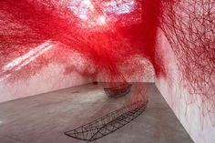 Uncertain Journey, Chiharu Shiota, 2016. Scénographie reliant les différents murs de la pièce avec des connexions de fils rouges.