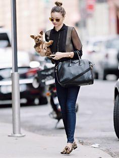 """ミランダのお気に入りバッグとしてあまりにも有名な「ジバンシー」の""""アンティゴナ""""。プライベートで使用している姿を多数キャッチされています。使い込んでくったりした革の質感もいい感じ。"""