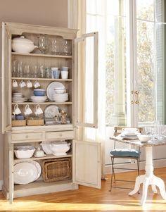 Cómo ordenar la alacena  Coloca las piezas de uso no diario, como soperas o jarras grandes, en las baldas superiores.Son las más inaccesible...