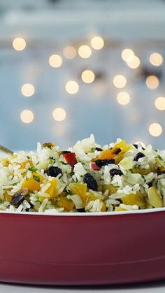 Receita com instruções em vídeo: Para acompanhar todas as delícias da ceia de Natal que tal uma receita fácil e gostosa de arroz? Ingredientes: 3 colheres de azeite de oliva, 1 cebola picada, 2 xícaras de arroz branco lavado e escorrido, sal a gosto, 3 xícaras de espumante, 1 xícara de uva passa preta, 1 xícara de damascos picados, 3 pimentas dedo de moça sem sementes picadas, ¼ de xícara de salsinha picada, 1 xícara de amêndoas em lâminas tostadas