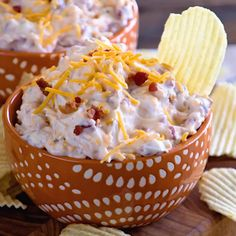 Crack Dip Grab your chips and get dipping head first into this delicious and easy chip dip! Super Simple Chip Dip Loaded with Cheese, Bacon, Ranch and Sour Cream! - Food and Drink Easy Chip Dip, Easy Chips, Sauce Pour Chips, Dips Für Chips, Chip Dips, Chip Dip Recipes, Easy Dip Recipes, Delicious Recipes, Healthy Dip Recipes