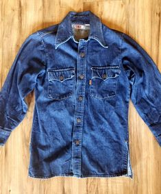 Classic vintage Levi's denim shirt in excellent condition. Western Shirts, Western Wear, Denim Overalls, Denim Jeans, Jean Shirts, Denim Shirts, Denim Button Up, Button Up Shirts, Sheepskin Jacket