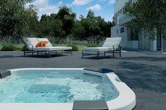 Spa Jacuzzi® Santorini posé sur une terrasse