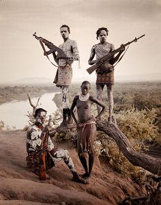 エチオピアで撮影された「カロ族」です。人口は1000〜3000人の少数民族です。身体と顔に施されたボディーペインティングが特徴です。「カロ」とはハマルの言葉で「魚を食べる人」を意味します。