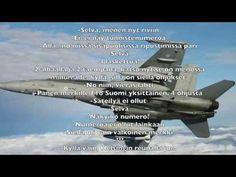 Majuri Ville Hirvonen lentää ilmavoimien Hornet-soolon Sotilasilmailusta ammatti -tapahtumassa Rovaniemellä 25. toukokuuta 2016. Major Ville Hirvonen flies t...