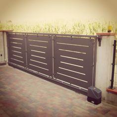 Cancello scorrevole automatico.  Automatic sliding gate.