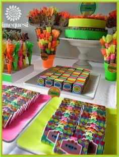 Dimequesi: Glow Neon Birthday, 13th Birthday, Ideas Lindas Para Cumpleaños, Neon Sweet 16, 2000s Party, Cute Birthday Ideas, 80s Theme, Neon Party, Neon Glow