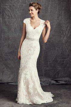 silhouette élégante et traditionnelle, robe de mariée à col en v et ceinture argentée
