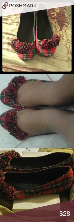 American Eagle Ruffle plaid Flats size 11 Barely worn shoes are too tight. If you like flats and you have big feet like I am and it's hard to find size 11 you would these. This does not come with a box American Eagle by Payless Shoes Flats & Loafers