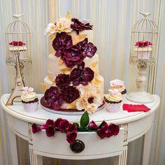 Culoarea Marsala, cea care pune culoare si contrast acestui tort decorat cu flori in cascada, este puternica si totodata eleganta si rafinata, asa ca de ce nu ai alege acest model?  Pret: 560 lei (3,5 kg).