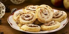 Sulata valmis iso voitaikinalevy ja kaulitse se n. 3 mm:n paksuiseksi levyksi. Levitä päälle Dronningholm Omena-kanelimarmeladia ja raastettua... Iso, Doughnut, Food And Drink, Bread, Baking, Desserts, Tailgate Desserts, Deserts, Brot