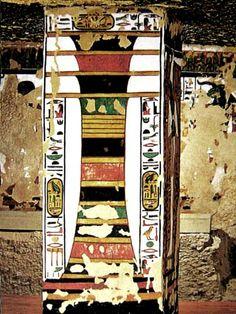 pilar dyed pudo ser un antiguo fetiche de la prehistoria que pasó a formar parte de la iconografía egipcia, permaneciendo representado hasta el periodo romano. Estaba relacionado con los ritos agrícolas. La presencia de dos pilares Dyed de época Tinita, hallados en Heluan y su inclusión en el recinto funerario del rey Dyeser en Sakkara (necrópolis de Menfis) indican que fue un símbolo asociado a otro concepto (soporte del cielo) o a otra divinidad y ésta bien pudiera ser Sokar y Ptah, ambas…